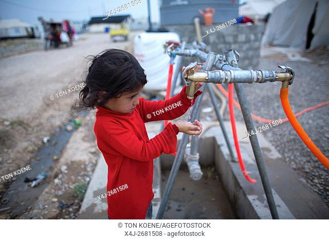 Water distribution in Khanaqin refugee camp, Northern Iraq