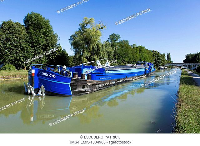 France, Seine et Marne, Ecuelles, flat boat on the Loing canal