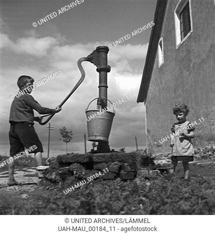 Kinder holen Wasser von einem Brunnen in Allenstein in Ostpreußen, Deutschland 1930er Jahre. Children taking water from a well at Allenstein in East Prussia