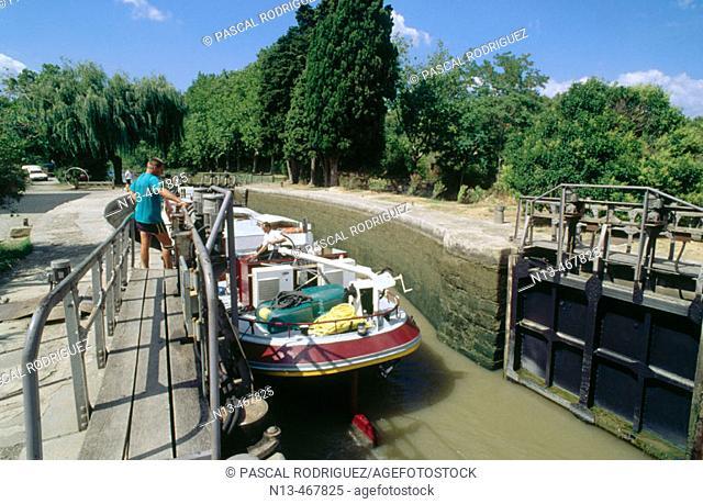 Bateau hotel. Ecluse Pech Laurier. Canal du Midi. Aude. France