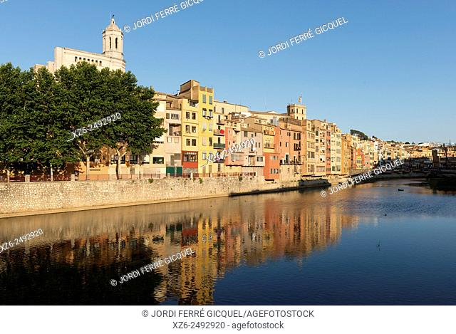 Cases de l'Onyar, Onyar river and coloured houses in Girona, Catalonia, Spain, Europe