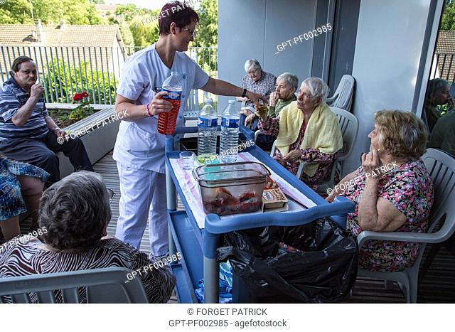 RESIDENTS GATHERED TOGETHER FOR THE SNACK TIME, EHPAD ANDRE COUTURIER, PUBLIC ESTABLISHMENT OF THE SOUTHERN EURE, ACCOMMODATIONS FOR INDEPENDENT SENIOR CITIZENS