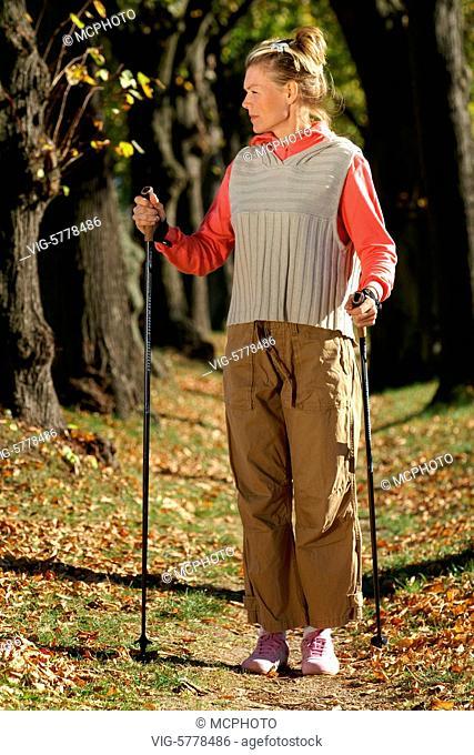 Eine Frau beim Nordic-Walking, 2005 - Hamburg, Germany, 11/10/2005