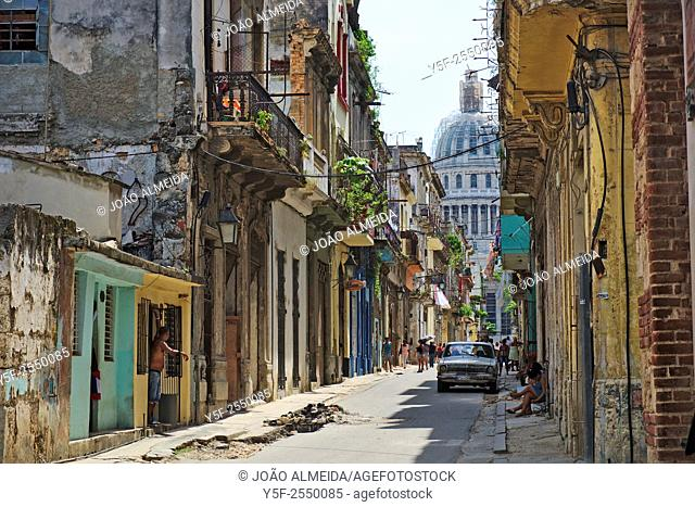 The activity in the streets of la Habana Vieja, with the Capitol in the background