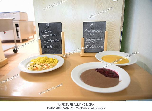 "07 August 2019, Berlin: The Martin-Niemöller primary school offers two different lunchtime dishes: """"Indian cream cheese, curry vegetables"
