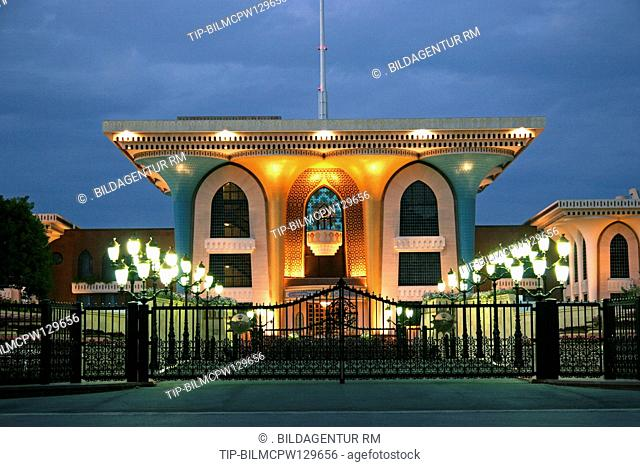 Oman Sultanspalast in Muscat bei Nacht, Oman Muscat Government Palace of Sultan Qaboos Qasr Al Akam Entrance Gateway at Night Lighting