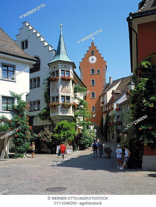 Germany. Meersburg, Lake Constance, Linzgau, Baden-Wuerttemberg, old town, market place, public house and hotel Zum Baeren, oriel with flowers, Upper Gate