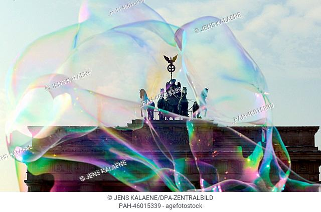 Big soap bubbles frame the quadriga ontop of the Brandenburg Gate in Berlin, Germany, 31 January 2014. Photo: Jens Kalaene/dpa | usage worldwide