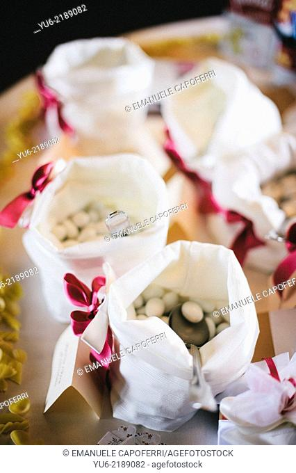 Canvas bags with confetti wedding