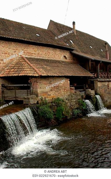 Bach und historische Gebäude in Andlau