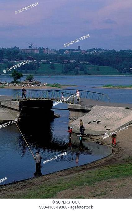 RUSSIA, SIBERIA, IRKUTSK, ANGARA RIVER, PEOPLE FISHING