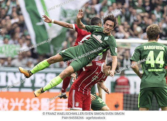Thomas DELANEY (HB)(vorn) in einem Luftkampf mit FC Bayern-Spielern; Zweikampf, Akton; Fussball 1. Bundesliga, 2. Spieltag