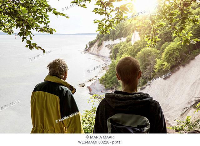 Germany, Mecklenburg-Western Pomerania, Ruegen, Jasmund National Park, chalk cliff, hikers on viewpoint