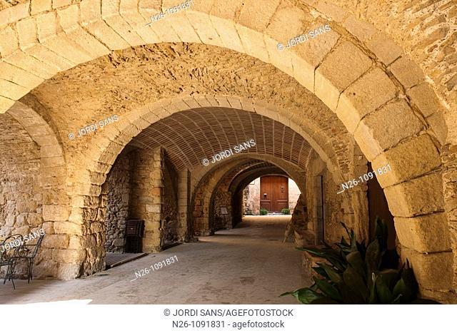 Calle porticada, Peratallada  España, Catalunya, provincia de Girona, Baix Empordà, Forallac, Peratallada