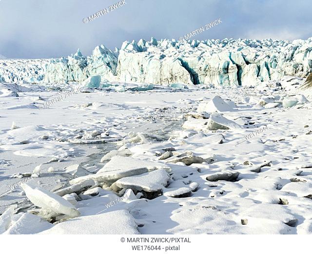 Northern shore of glacial lagoon Joekulsarlon with glacier Breidamerkurjoekull in Vatnajoekull NP. Europe, Northern Europe, Iceland