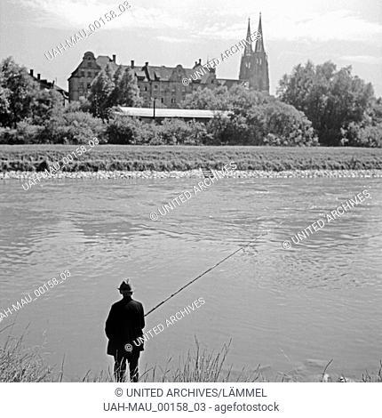 Ein Angler steht an der Donau in Regensburg, Deutschland 1930er Jahre. A fisherman on the shore of river Danube at Regensburg, Germany 1930s