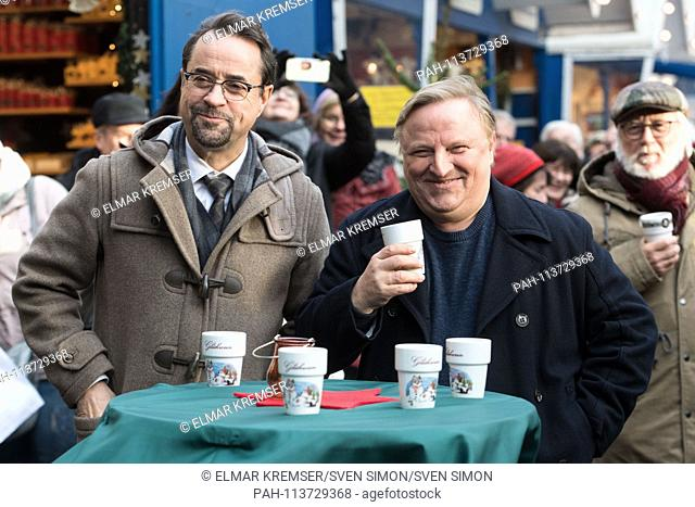 Jan Josef LIEFERS (left, plays Professor Karl-Friedrich Boerne) and Axel PRAHL (plays Commissioner Frank Thiel) drink Gleuhwein (Glà-hwein) on the...