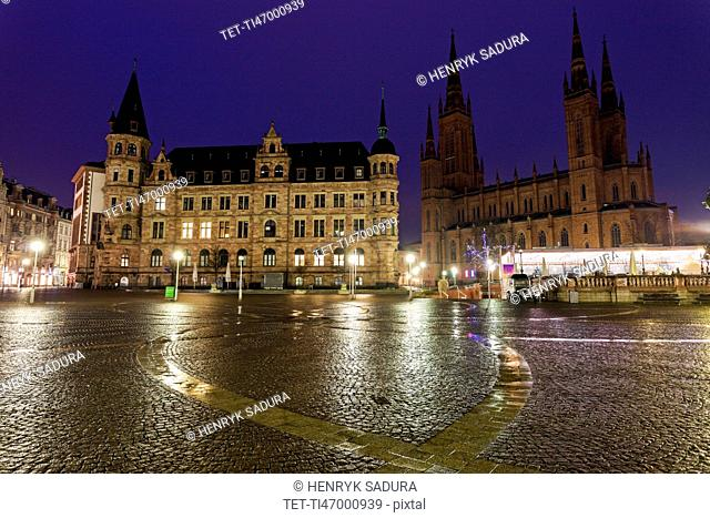 View across town square towards Rathaus and Marktkirche