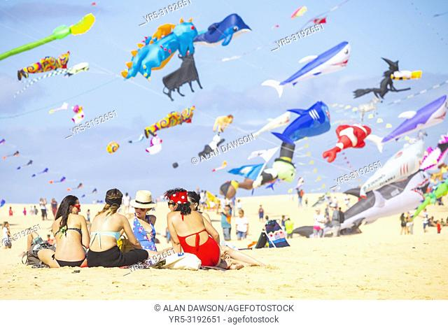 Fuerteventura, Canary Islands, Spain. 10th November 2018. Hundreds of kites flying on El Burro beach dunes near Corralejo at the 2018 Internationa Kite festival