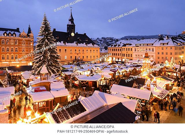 14 December 2018, Saxony, Annaberg-Buchholz: The booths, pyramid and Christmas tree at the Annaberger Christmas Market are covered in snow
