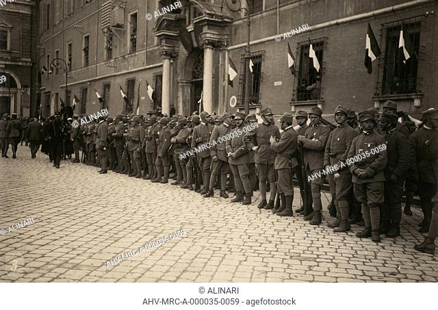 Album R. Esercito I G. M. (Prima Guerra Mondiale): military troops in a street in the city of Ravenna festively decorated with the tricolor on the windows