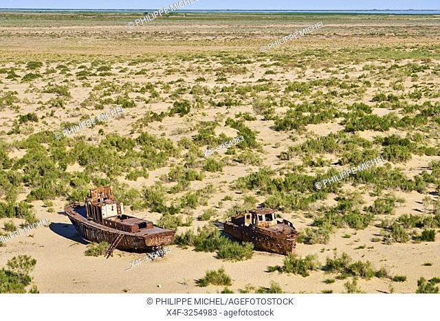 Ouzbekistan, region de Karakalpakstan, mer d'Aral, Moynaq, bateaux rouillant à l'emplacement de la mer d'Aral / Uzbekistan, Karakalpakstan province, Aral sea