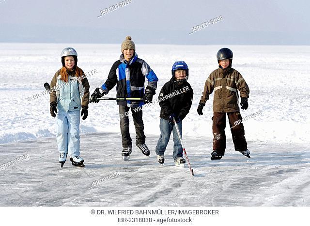 Children playing ice hockey, near St. Heinrich, Lake Starnberg, Five Lakes region, Upper Bavaria, Bavaria, Germany, Europe