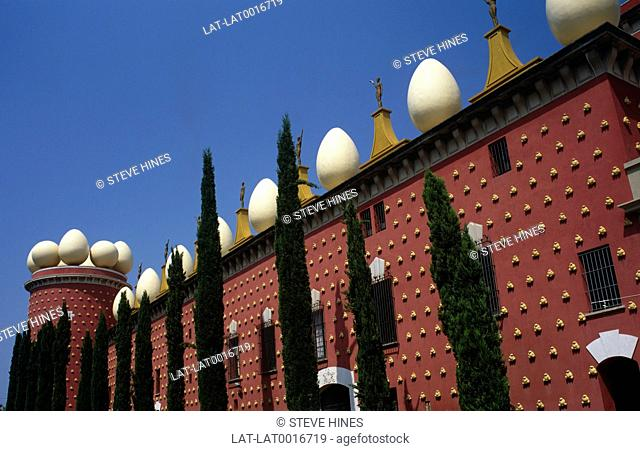 The Dali Theatre-Museum,the largest surrealistic object in the world,occupies the building of the former Municipal Theatre