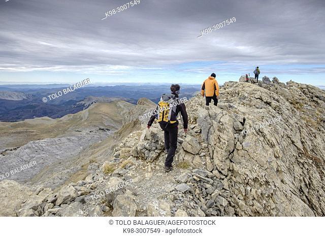 escursionistas ascendiendo el pico mesa de los Tres Reyes , Hiru Errege Mahaia, 2442 metros, Parque natural de los Valles Occidentales, Huesca