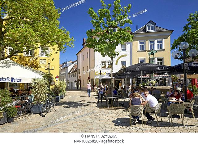 Beer garden in the center facing the Badstrasse, Bayreuth, Upper Franconia, Germany