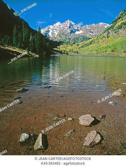 Maroon Bells reflect in Maroon Lake, Maroon Bells-Snowmass Wilderness near Aspen. Colorado, USA
