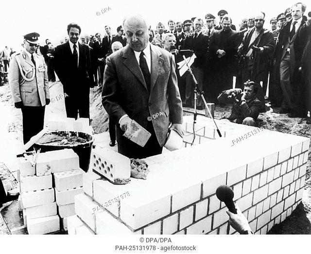 """Federal minister of defence Georg Leber (m) laying the foundation stone of a barrack of the US brigade with the words """"""""I'm laying the corner stone as a symbol..."""