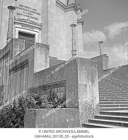 Treppe und Eingang zur Befreiungshalle auf dem Michelsberg bei Kelheim, Deutschland 1930er Jahre. Stairs and entrance to liberation hall at Michelsberg hill...