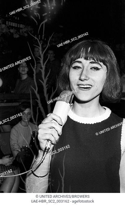 """Die Moderatorin der """"""""Drehscheibe"""""""", Vera Palm, in München, Deutschland 1960er Jahre. TV presenter Vera Palm at Munich, Germany 1960s. 24x36swNeg100"""