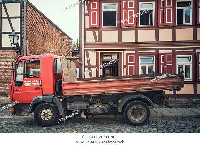 Altersschwacher LKW einer Abbruchfirma steht vor einem Altstadthaus in Wernigerode, das gerade entkernt und restauriert wird - Wernigerode, Sachsen-Anhalt