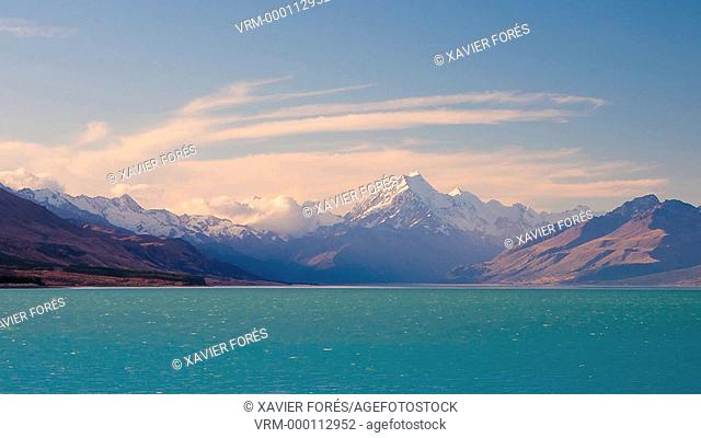 Mount Cook, the highest of New Zealand with 3754m, and Lake Pukaki near Twizel, South Island, New Zealand