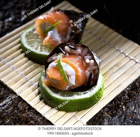 Catering recipe: Salmon, white cheese, rice and seaweed cone on lime