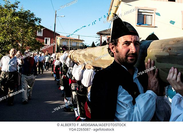 Men carrying the trunk dressed in traditional costume, during the festival of Christ New. LLanes.Asturias