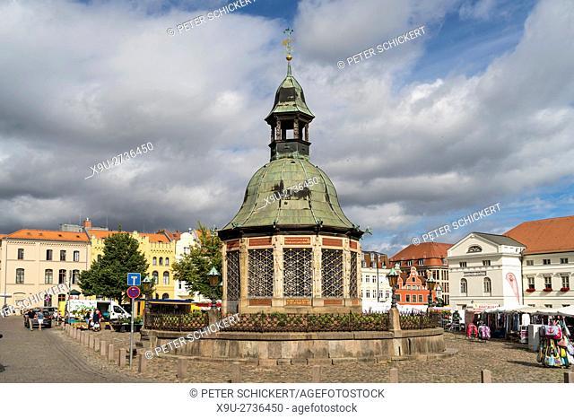 Market Square with the landmark waterworks or Wasserkunst, Hanseatic City of Wismar, Mecklenburg-Vorpommern, Germany