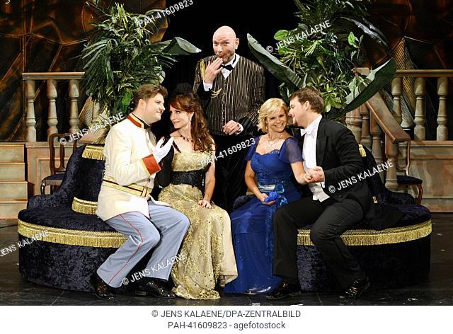 Karoly Peller (L-R) as Count Boni Kaucsiano, Anna Maria Kaufmann as Sylva Varescu, Ralph Morgenstern as head waiter Miska