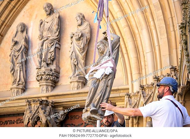 "24 June 2019, Thuringia, Erfurt: A sculpture of the """"foolish virgins"""" is dismantled by Jens Ludwig (r) and Mathias Rothe with the help of a crane at the..."