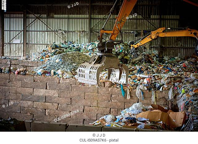 Mechanical grabber sorting out waste in depot