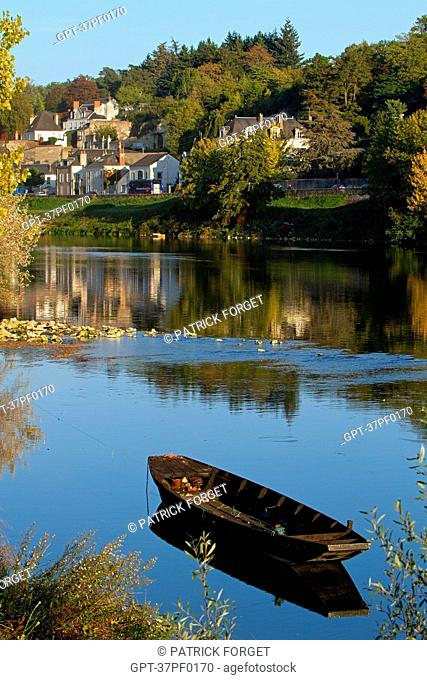 FLAT-BOTTOMED WOOD BOATS ON THE LOIRE AND HOUSES IN THE TOWN OF AMBOISE, INDRE-ET-LOIRE 37, FRANCE