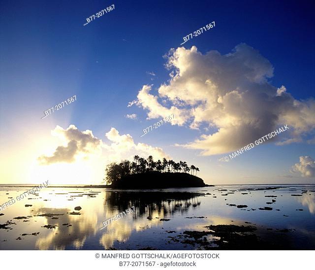 Cook Islands, Rarotonga, sunrise at Muri Lagoon with view of Motu Taakoka