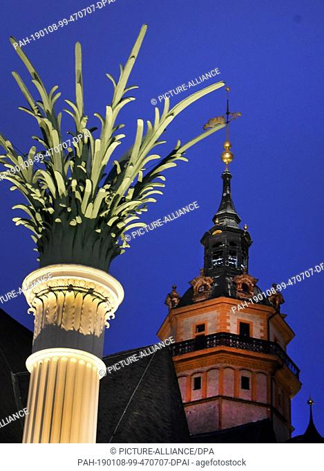 07 January 2019, Saxony-Anhalt, Salzatal, Ortsteil Höhnstedt: In front of the Nikolaikirche there is a column crowned with palm fronds