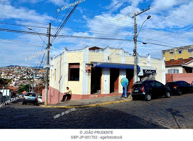 Rua e moradias no centro da cidade o município faz parte do roteiro religioso Caminho da Fé que liga as cidades de Águas da Prata a Aparecida, Paraisópolis