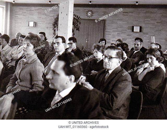 Anläßlich eines Vortrags sitzt das gespannte Publikum in einer Aula