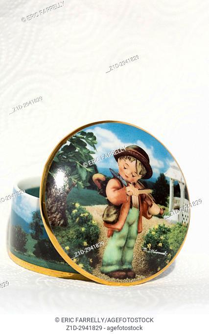 Goebel Hummel products. ceramic figurine Little Fiddler-Black Hat. Music box
