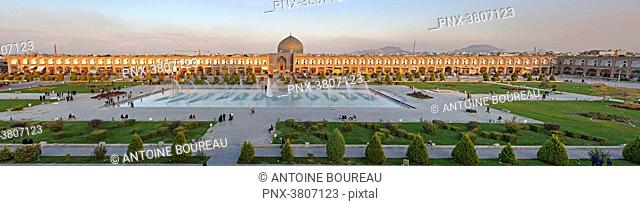 Panoramic view of the mosque Sheikh Lotfollah and fountain seen from the palace Ali Qapu, Isfahan, Iran
