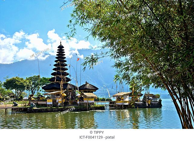 Indonesia, Bali, Ulun Danu Bratan temple, Bratan lake and pagoda